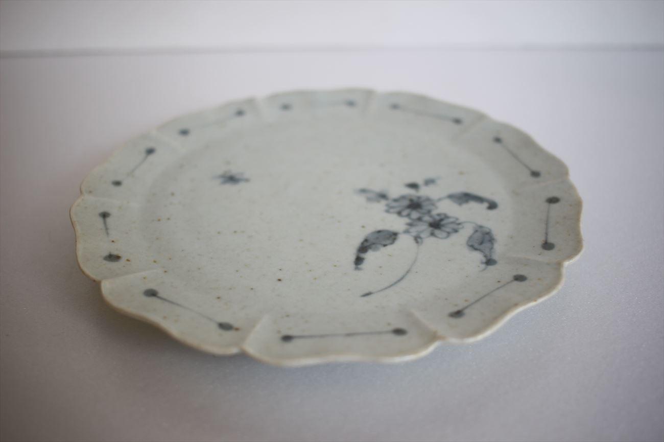 青瓷染付捻花文輪花五寸半皿