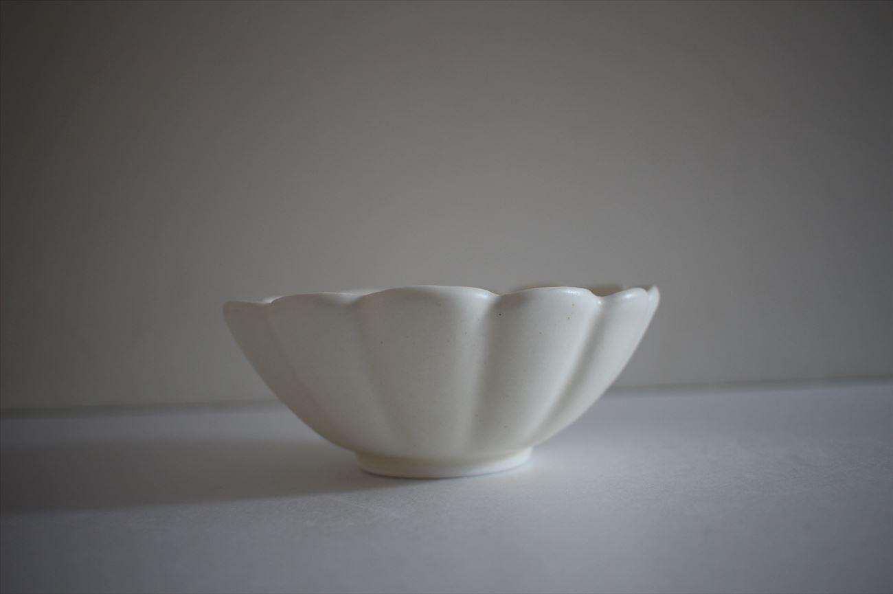 白釉輪花中鉢