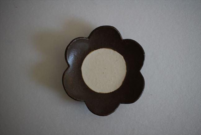 花小皿(こげ茶中白)