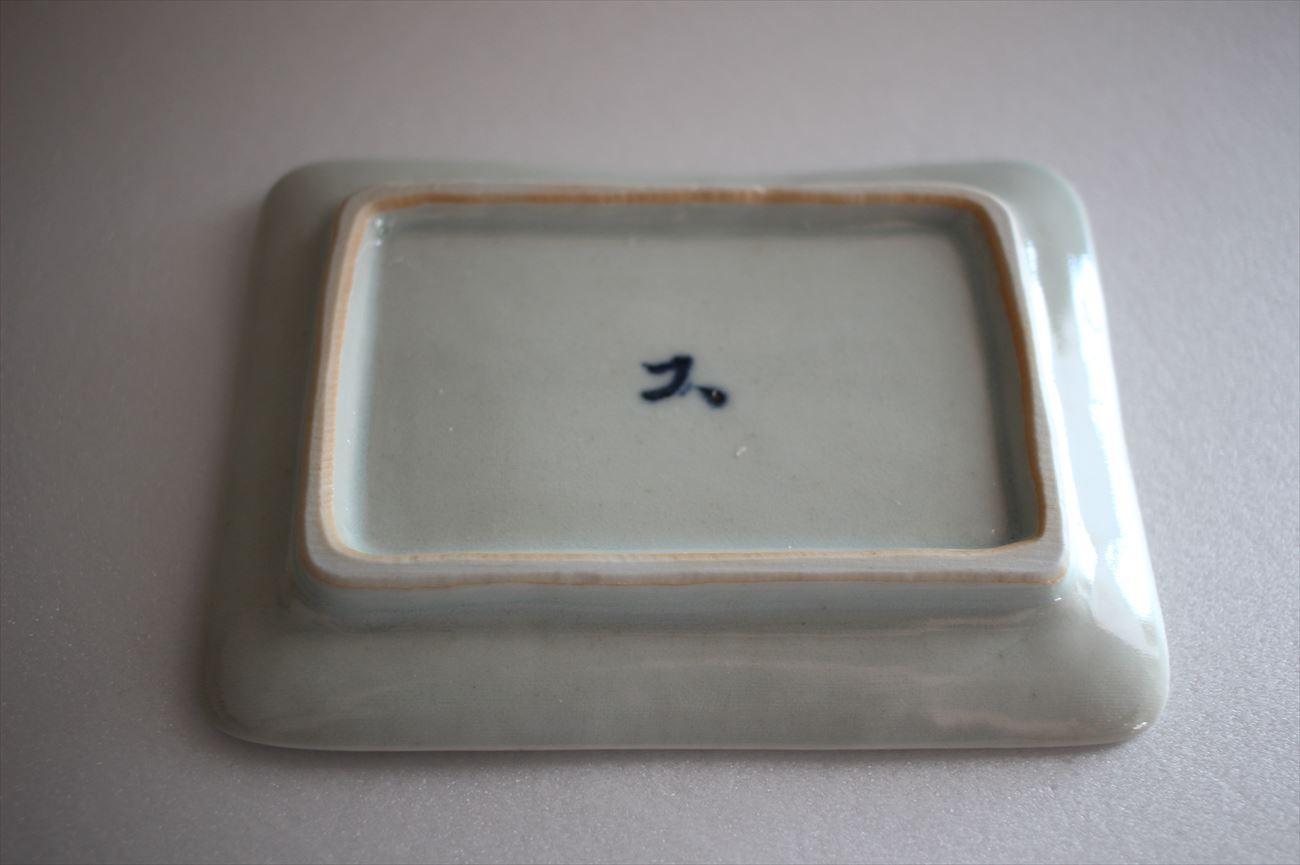 白磁陽刻花唐草角小皿