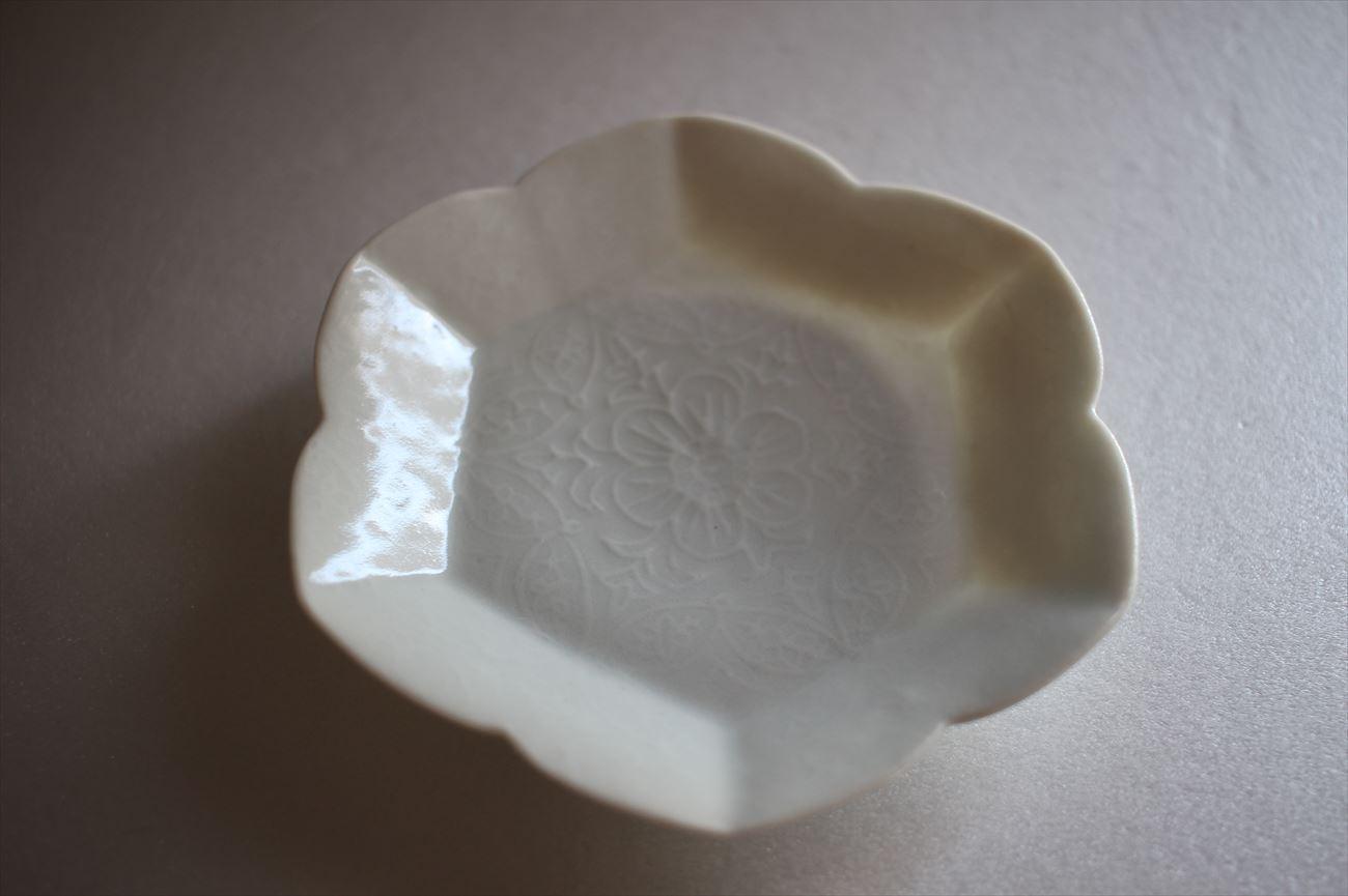 白磁花七宝4寸皿