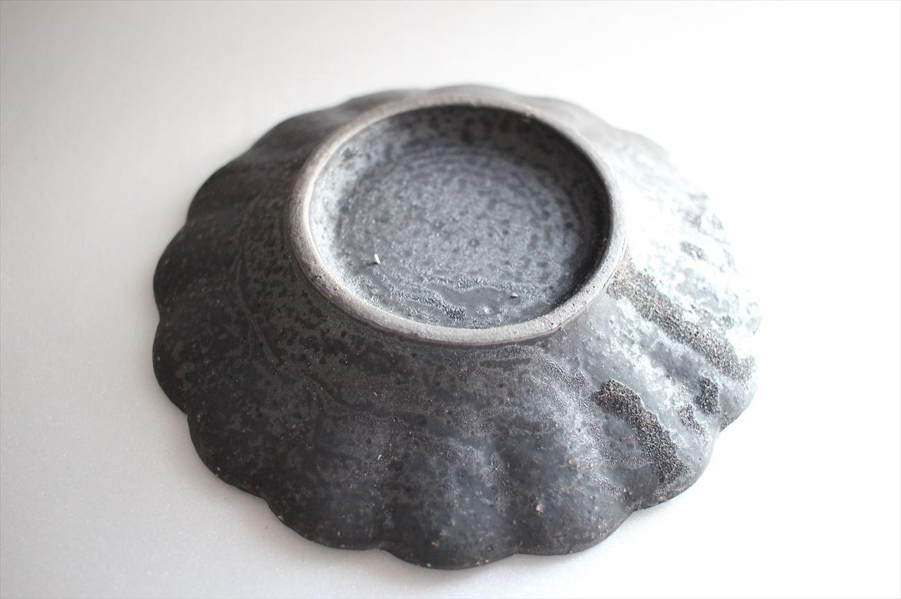 鉄釉輪花皿