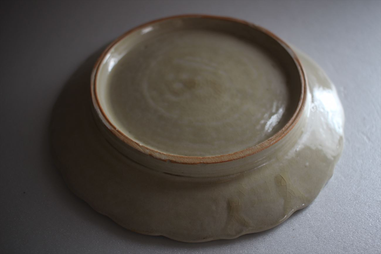 陽刻皿 灰釉